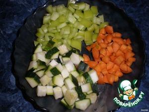 Морковь,сладкий перец и цуккини нарежьте мелкими кубиками.