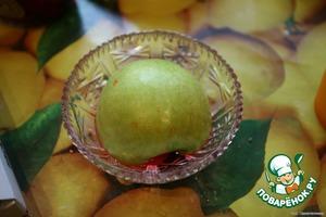 Отрезать половинку яблока, положить в красивую мисочку, полить компотом.