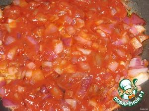 Лук нарезать, обжарить на растительном масле с томатной пастой.
