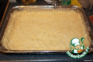 Hands press into a small baking pan (20x30 cm), leaving the bumpers. It is best to do it, crushing the top in the same pan. To pierce with a fork in several places. Put in a preheated 180 oven and bake for 10-15 minutes until Golden brown. When baking this creation will try to rise, but we suppress this in the Bud, returning him a second baking sheet (with which we laid the Foundation)