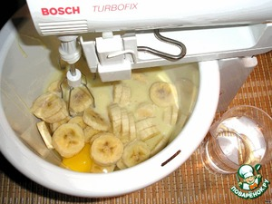 Pour into a bowl condensed milk, add the alcohol, eggs, milk and banana slices.