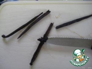 Стручки ванили разрезать пополам и ножом отделить ванильные зернышки.