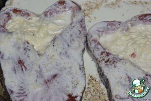 Рыбу выкладываем в форму, придаём форму сердечка (на фото понятно, что я имею в виду). Заполняем сердечки сырной массой. Она довольно жидкая и будет вытекать, так и нужно - рыба будет запекаться на подушке из суфле.    Немного массы оставить.