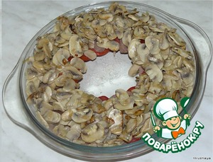 Fry the onions, add the chopped mushrooms. Fry until cooked. Cooked mushrooms sour cream.  Distribute the mushroom mass on top of the tongue and tomatoes.