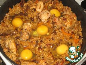 Добавляем оставшуюся воду (50-70 мл), перемешиваем.   Делаем лопаточкой 5 небольших лунок равномерно по всей площади формы.   Можно и больше, смотря какая сковорода и аппетит на яйца)))   В каждую лунку аккуратно разбить по яйцу, накрыть крышкой и довести до желаемой готовности яиц. Кому то нравится чуть жидковатые, а кому то вкрутую