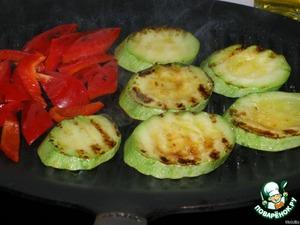 Нарезать и обжарить на рифленой сковороде кабачок и перец, посолить.   Огурец порезать кубиками.   На большую тарелку выложить в центр проростки фасоли, смешать с огурцом, сверху выложить теплый перец, а по краям дольки кабачка.   Для соуса размять вилкой сыр, смешать с оливковым маслом, мелко порезанным луком и несколькими каплями лимона.