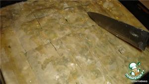 Затем укладываем на начинку остальные слои теста, так же каждый промазываем и надрезаем ножом на куски, чтобы потом легче было резать порции, так как тесто получается хрустящее