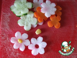 Now we start to prepare decorations for baskets of pending and vegetables from radishes.  All were cut into slices and made these flowers. In the middle, made a hole and stuck the corn.