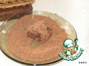 Набирать чайной ложечкой массу и делать шарики.    Обвалять их в какао.   И в холодильник для застывания на несколько часов.