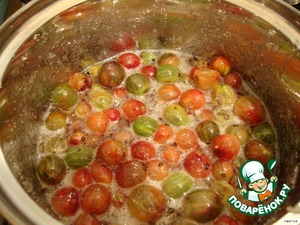 At this time, prepare the berries. Gooseberry to wash, remove the stalks and cook with the remaining sugar for about 10 minutes, to berries gave the juice and become soft