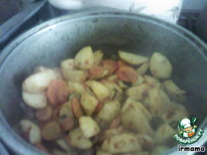 bacon cut into cubes, fry in it the onion,  add the chopped mushrooms, carrots, tomatoes.  Simmer, add fried potatoes, peppers, boiled beans,