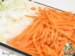 Chop the carrots into julienne and the onion into half rings.