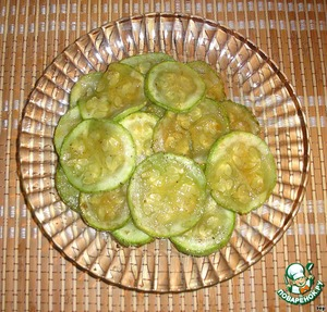 Zucchini cut into thin slices, season with salt and pepper. Both individually and fry in oil and drain on a paper towel.