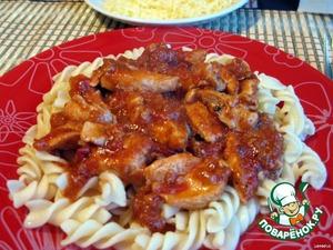 Выкладываем на тарелку макароны и поливаем нашим курино-томатным соусом.Подавать к столу посыпав тертым сыром (на ваш вкус) и украсив веточкой базилика. Приятного аппетита!