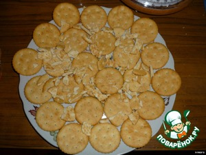 On a plate lay crackers in a single layer, crumb to fill the void