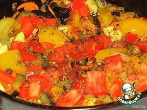 Теперь мы добавляем помидор, горошик душистый и базилик. Солим по вкусу.