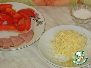 Подготовить нашу начинку: помидор и ветчину порезать на  небольшие кусочки, сыр натереть на терке, чеснок через давилку.