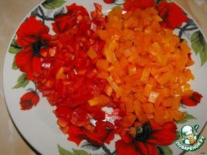 Болгарский перец помыть, очистить от семян и нарезать кубиками.