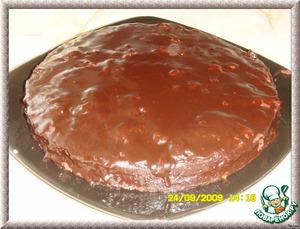 Покрыть пирог глазурью с помощью скребка или ножа начиная с центра.