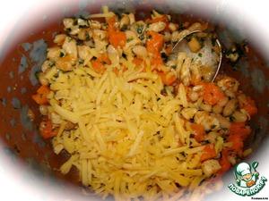Сыр натираем на крупной терке и смешиваем с остальными компонентами. Советую все перемешивать осторожно, чтобы кусочки тыквы, по возможности, остались целыми. Тогда приятный сладковатый вкус тыквы будет более ощутим в готовом блюде.