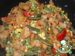 Всыпать к мясу замороженные овощи и тушить под крышкой еще 5-7 минут.