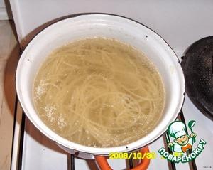 """Пока готовятся лодочки, отварить спагетти в подсоленной воде + растительное масло до готовности. Откинуть на дуршлаг, дать воде стечь.      Кладем спагетти, посыпаем мелко нарезанной зеленью, сверху выкладываем """"лодочки"""".      Жаль, что не было цветных спагетти, вид был бы интереснее. )))"""