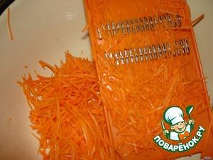 Морковь натереть на длинной терке.