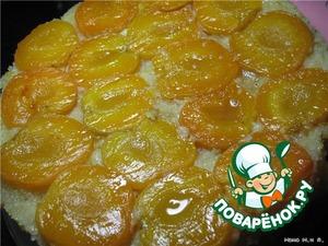 Дать пирогу постоять в форме около 10 мин, провести по краю ножом, освобождая стенки посуды и перевернуть на сервировочное блюдо.    Подавать тёплым или охлаждённым.