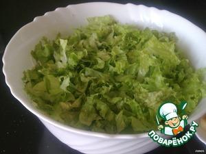 Зелёный салат, порвать на кусочки руками.Батон порезать мелким кубиком. На сковороде растопить сливочное масло и 4 ст. л оливкового. В кипящее масло всыпать сухарики и обжаривать, постоянно помешивая до румяной корочки. Остывшие гренки высыпать сверху на салат – это и будет украшением.  Если Вы следите за фигурой посушите в духовке.  А я обожаю гренки!