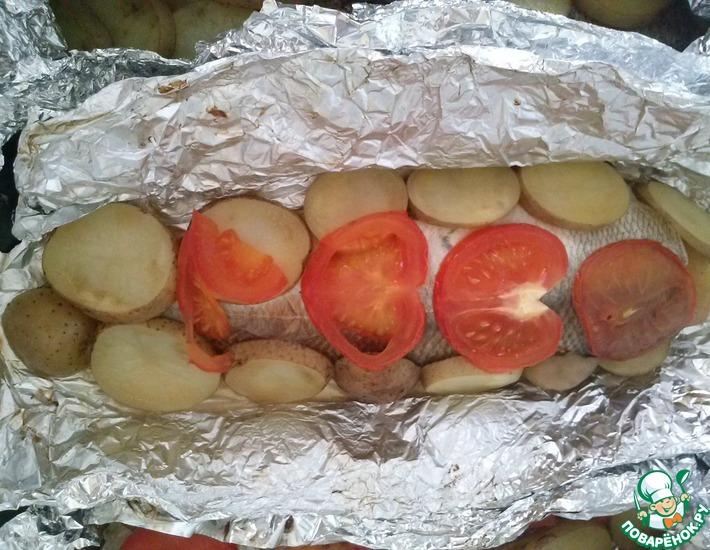 Рецепт: Сиг, запеченный с картофелем и помидором