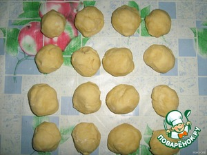 Divide the dough into 16 parts (first 2 parts, then 4, 8 and eventually 16 - so the part about the same). Put the dough in the fridge for 30-40 minutes.  Meanwhile, you can do filling.