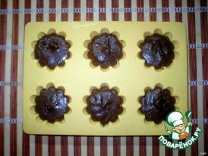 Fill oiled muffin tins ( I have silicone mold, it is necessary before baking just sprinkle with water).  Preheat the oven to 200 degrees, put the cupcakes in 6-9 minutes, no more (I have time enough 7 minutes).