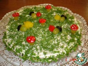 уложили все слои и украшаем - листочки из перца, желуди из винограда и маслинки, грибочки из винограда и перца.