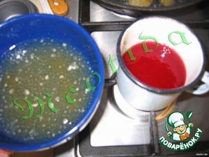 залить желатин водой на 40 минут, пока он не разбухнет. вишневый сироп положить в эмалированную кружку, залить 3/4 стакана воды, довести до кипения, уменьшить огонь, положить 1/3 желатина и мешать до полного растворения, НО не кипятить!
