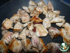 Нарезаем курицу и обжариваем.