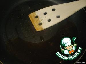 Горячую карамель, пока она не остыла, наносим на печенья в произвольном порядке. Если остывает и густеет, опять нагреваем. Здесь нужно действовать быстро и деток лучше отправить на время из кухни, так как карамель очень горячая, и можно обжечься. Мои пальцы это почувствовали :- (