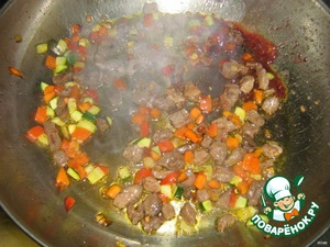 В овощи и мясо наливаем красное вино и выпариваем его.