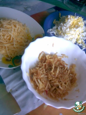 Кильку почистить от костей и внутренностей.    Яблоко, сыр, яйца натереть на терке.