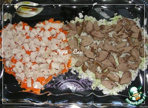 Куриное филе отварить, печень обжарить. Нарезать и положить сверху овощей.
