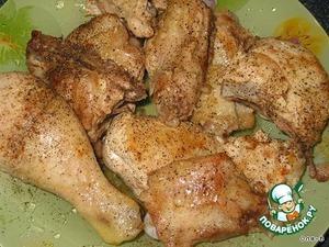 Гречку залить кипятком в кастрюльке, поставить на огонь, довести до кипения, проварить 5 минут, затем огонь выключить, гречку немного посолить, перемешать, пока отставить в сторону.   Курицу или окорочка нарезать средними кусками. На сковороде разогреть немного растительного масла, обжарить немного курицу с двух сторон, затем тоже немного посолить и поперчить.