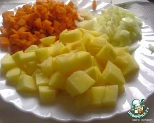 Лук и морковь порезать мелкими кубиками, картошку кубиками примерно 3Х3 см.
