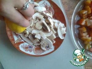 Шампиньоны почистить и порезать тонкими ломтиками, полить соком лимона. Порезать крабовое мясо.