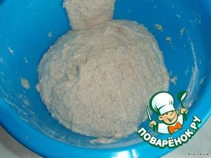 Добавить к опаре оставшиеся ингредиенты, кроме соли (пшеничную муку не добавлять всю сразу), замесить тесто руками - 5 минут или миксером - 2 минуты (замешивать в хлебопечке не советую, т. к. тесто получается липким).       Накрыть тесто плёнкой и оставить на 20 минут.    Добавить соль и продолжать замешивать ещё 8-10 минут. Тесто получается мягким и немного липким. Тесто из ржаной муки всегда, хоть немного, но липкое. Если положить слишком много муки, то хлеб будет плотным.