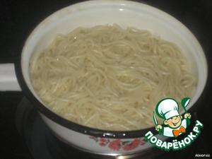 Отварить спагетти в подсоленной воде, откинуть на дуршлаг и промыть кипятком.