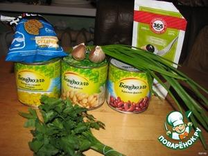 Извлечь содержимое консервных банок, зелень и чеснок мелко нарезать, все смешать, заправить майонезом.    Сухарики добавить перед подачей на стол.