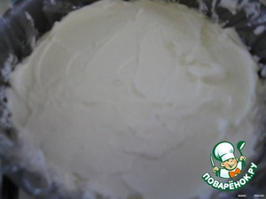 """Make the cheese cream:  whisk cream with sugar until stiff, gradually adding the cheese, yogurt and gelatin.  Preparation of gelatin - according to the instructions on the package, because the method of preparation of agar-agar and gelatin are slightly different. Cook in a small amount of milk or cream and prior to introduction into cheese mass is cooled.  For this amount of cream you can use 1-2 sachets """"agar"""" for 8 g.   Cottage cheese spread in the form on the cake and again put in the refrigerator."""