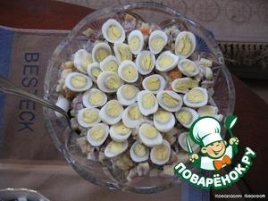 Добавляем орехи, соль и перец заправляем майонезом. Сверху украшаем яйцом перепела.