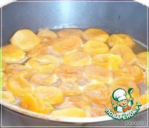 В сковороду положить мёд, налить апельсиновый сок, сухое белое вино, курагу, и тушить ещё 10 минут. Отложить часть кураги, которую Вы будете подавать с мясом, всё остальное поперчить, и пюрировать в блендере, это будет нашим соусом к мясу.