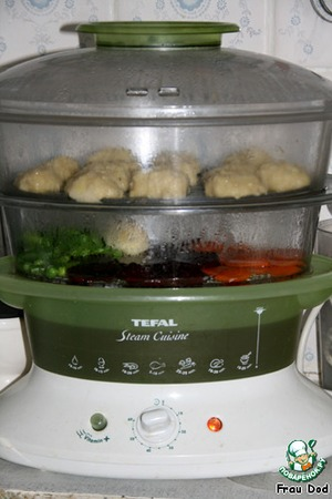 Place the meatballs on the vegetables, put on 25 minutes. After 10 minutes remove the fish and vegetables to leave before the end of the cycle.