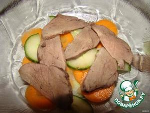 Выкладываем в салатницу слоями...огурец..морковь..мясо..и так несколько слоев.